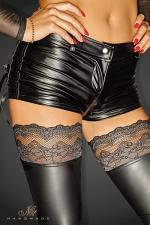 Short Selfish : Short sexy en wetlook avec double zip, joliment décoré d'un laçage sur les poches arrières.