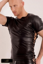 T-shirt Xander : T-shirt en wetlook mat, bordé sur les cotés de deux lacés croisés sur des rivets chromés.